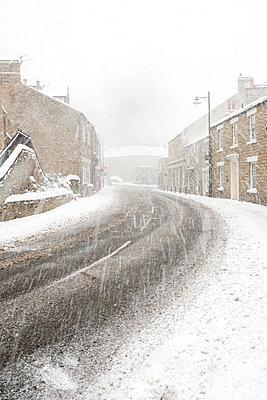 Schneefall in einem englischen Dorf - p1302m2027784 von Richard Nixon