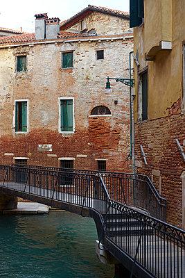 Metallbrücke in Venedig - p1312m1575173 von Axel Killian