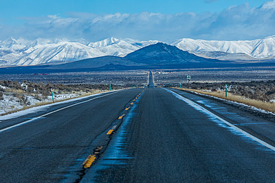 Road to snowcapped mountains in Sun Valley, Idaho, USA - p1427m2109974 by Steve Smith