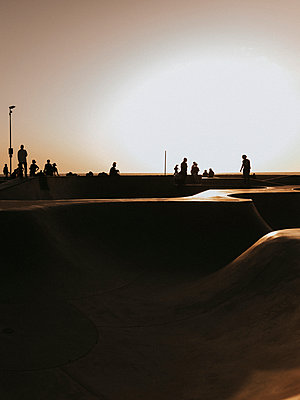 USA, California, Los Angeles, People at sunset - p1507m2272673 by Emma Grann