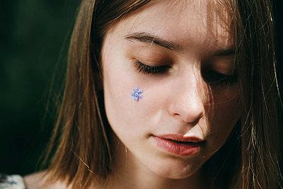 Caucasian woman with flower jewelry on cheek - p555m1531613 by Vladimir Serov