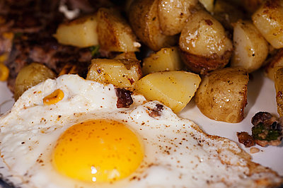Fried Eggs And Fried Potatoes Dish   - p847m888154 by Bildhuset