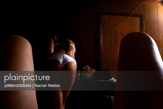 Junges Paar - p988m2028344 von Rachel Rebibo