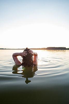 Frau allein im Sonnenuntergang - p1396m1538678 von Hartmann + Beese