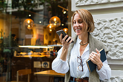 Barcelona, Spain. Happy woman in the city. Bar, technology, happiness, 30-40 years, flowers, city, buying, coffee, internet, wifi, vintage, blonde hair, fruits. - p300m2286800 von NOVELLIMAGE