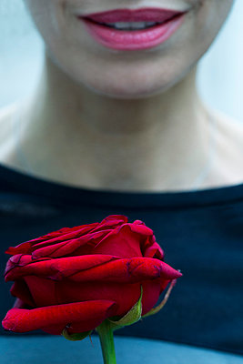 Woman holding single rose, cropped - p675m922714 by Frederic Cirou