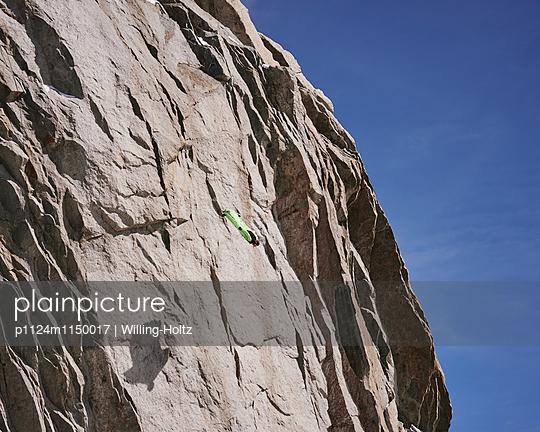 Kopfüber beim Base-Jumping  - p1124m1150017 von Willing-Holtz