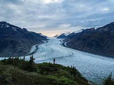 Mann am Salmon Glacier - p1455m2193335 von Ingmar Wein