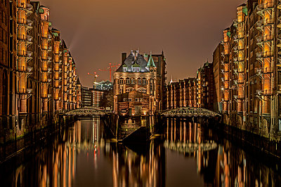 Germany, Hamburg, Speicherstadt, old buildiings and bridge over canal - p300m980927f by Timo Weis