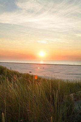 Sonnenaufgang am Meer - p5670672 von ofoulon
