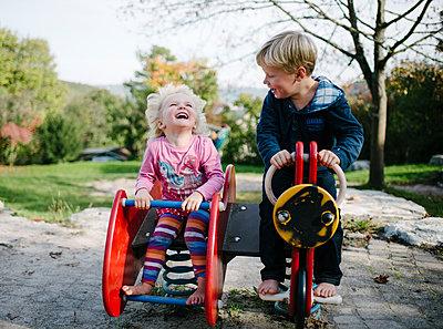 Zwei Kinder auf dem Spielplatz - p819m1128383 von Kniel Mess