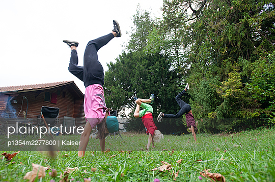 Sports exercises in the garden - p1354m2277800 by Kaiser