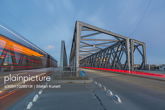 Germany, Hamburg, road traffic on a bridge in the Hafencity - p300m1028919f by Stefan Kunert