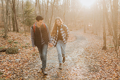 Young couple holding hands during autumn hike - p300m2241698 by Sara Monika