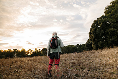Barcelona, Spain. Mature man in countryside during sunset. Hike, active senior, activity, freedom, active people, exercise, healthy, healthy, retired, jubilee, pentionist, sunset, winter - p300m2250144 von VITTA GALLERY