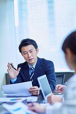 Japanese businesspeople in a meeting - p307m2023349 by Yosuke Tanaka