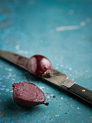 Beetroot and knife on table - p312m1228885 by Matilda Lindeblad
