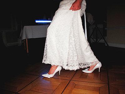 Tanzende Braut - p551m1026403 von Kai Peters