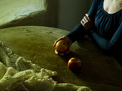 Woman and two apples - p945m1497315 by aurelia frey