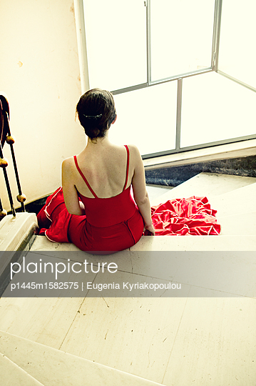 Frau im roten Kleid - p1445m1582575 von Eugenia Kyriakopoulou