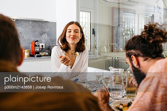 Friends enjoying joint lunch - p300m2143858 von Josep Rovirosa