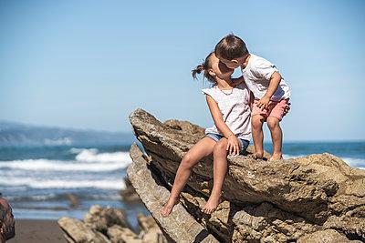 family with 2 children enjoying the beach and cliffs of the Basque country - p300m2256616 von SERGIO NIEVAS