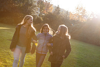 Freundschaft - p981m1091189 von Franke + Mans