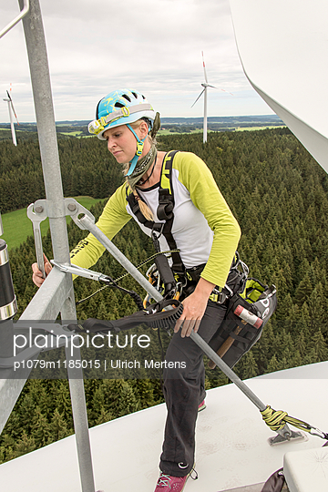 Montage auf dem Dach einer Windkraftanlage - p1079m1185015 von Ulrich Mertens