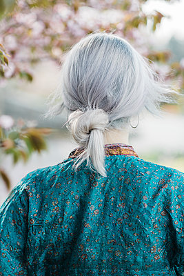 Young woman with grey hair wearing kimono - p1437m1584890 by Achim Bunz