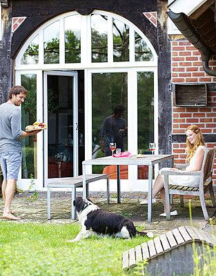 Mann serviert Snack auf Terrasse - p606m937719 von Iris Friedrich