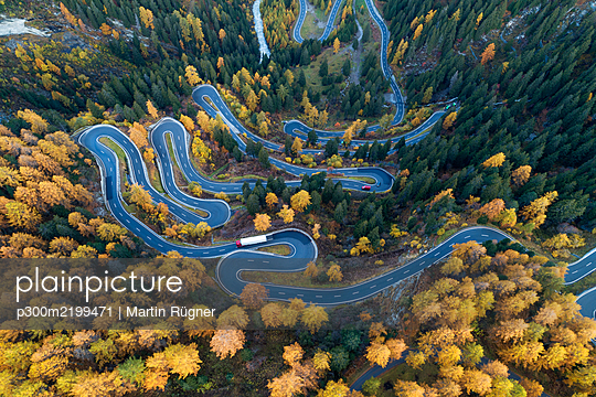 Switzerland, Canton of Grisons, Saint Moritz, Drone view of Maloja Pass in autumn - p300m2199471 by Martin Rügner