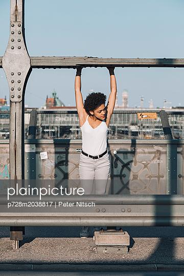 Weiblicher Teenager auf einer Brücke - p728m2038817 von Peter Nitsch
