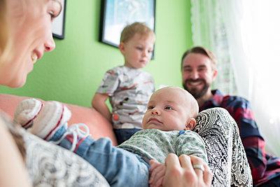 Mit Baby zuhause - p1308m1516574 von felice douglas