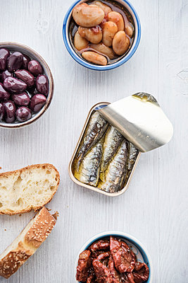 Tin can of sardines in oil, bowls of pickled vegetables and slices of bread - p300m1562639 by Ina Peters