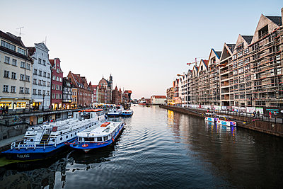 Hanseatic League houses on the Motlawa River at sunset in the pedestrian zone of Gdansk, Poland - p871m2057969 by Michael Runkel