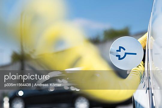 Ladevorgang Elektroauto - p335m1564438 von Andreas Körner