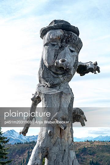 Geschnitze Figur aus einem Baumstamm - p451m2031969 von Anja Weber-Decker
