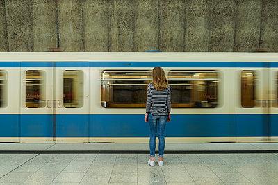 Mädchen vor U-Bahn - p081m1125100 von Alexander Keller