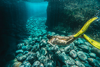 High angle view of woman diving undersea - p1166m2067148 by Cavan Images