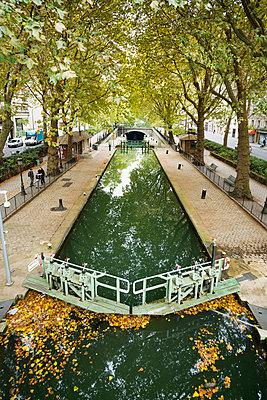 Canal Saint-Martin, Paris, Ile-de-France, France - p1316m1422573 by Daniel Schoenen