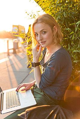 Junge Frau mit Laptop und Smartwatch - p1332m1461269 von Tamboly