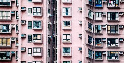 China, Hong Kong, Hong Kong Island, facades of apartment tower, partial view - p300m2058816 by Gemma Ferrando