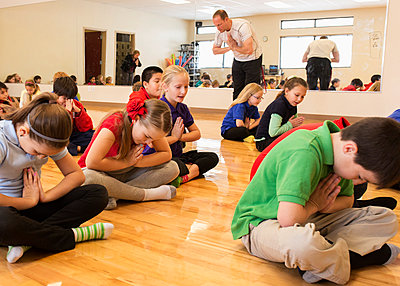 Children meditating in gym class - p555m1413120 by Hill Street Studios