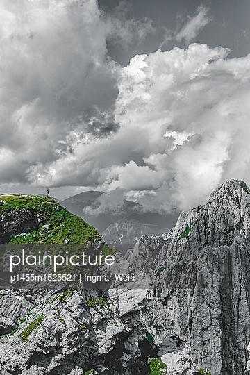 Einzelperson steht auf einer Felswand im Triglav Nationalpark in Slowenien - p1455m1525521 von Ingmar Wein
