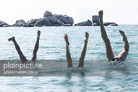 3 Menschen machen Handstand im Wasser - p253m1146303 von Oscar