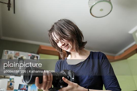 Woman enjoying her new lens - p300m1587226 von Katharina Mikhrin