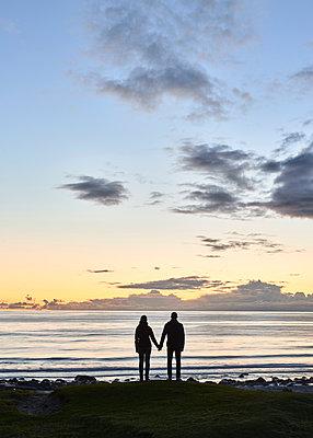 Paar am Strand bei Nacht - p1124m1165670 von Willing-Holtz