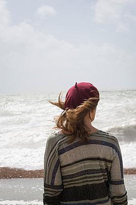 Woman looking at sea - p1170m1176963 by Bjanka Kadic