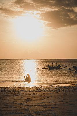 Familie im Meer bei Sonnenuntergang - p1345m2055609 von Alexandra Kern