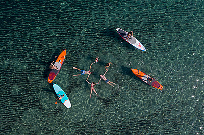 Young people have fun stand up paddling - p1437m2283288 by Achim Bunz